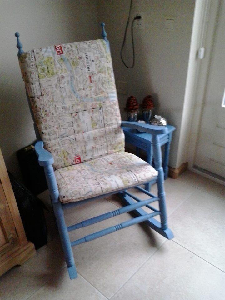 Donkereiken schommelstoel geverfd met Annie Sloan greek blue. Nieuw stofje over een oud tuinstoelkussen en stoel is weer toonbaar.