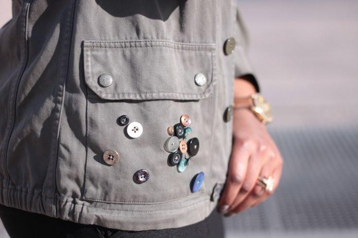 Je vous propose aujourd'hui la customisation d'une veste militaire. Munissez-vous de rubans, dentelles, boutons, etc... et venez faire un tour sur le tuto!