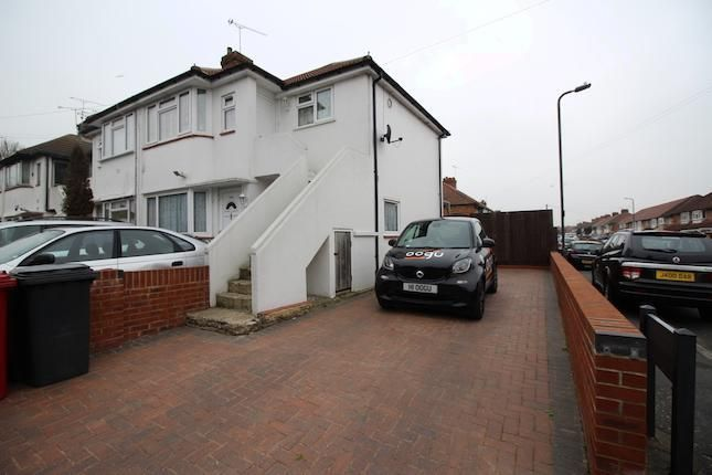 1 bed flat to rent in Salisbury Avenue, Slough SL2 -              £900 pcm
