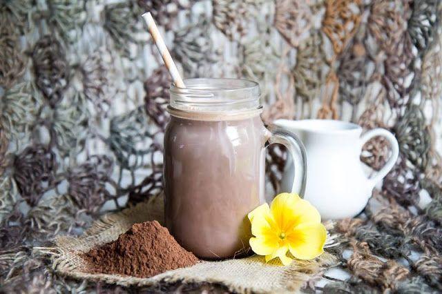 Zielone koktajle: kakao + mleko roślinne + daktyle + wanilia + cynamon