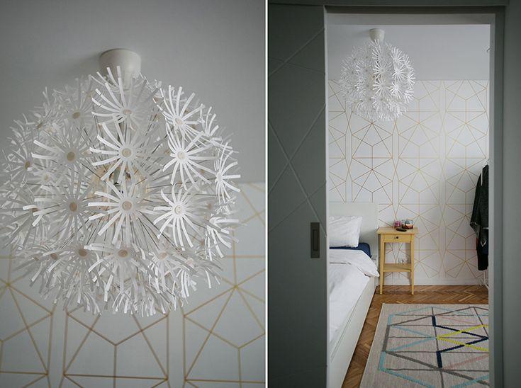 МАСКРУС,спальня, перо в интерьере, кровать мальм икеа, тумба хэмнес, кирпичная стена , геометрические обои