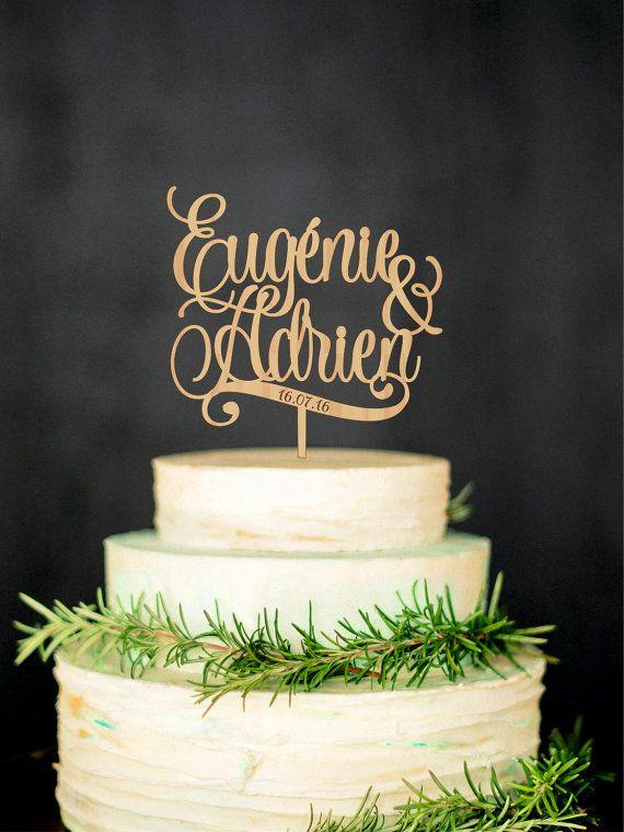 Gâteaux de mariage personnalisés avec prénoms et date, gâteau personnalisé, décorations pour gâteaux de mariage, gâteau de noms, de gâteau doré  Personnalisé noms Cake Topper vous apportera la possibilité de personnaliser votre gâteau de mariage et vous aidera au pour rendre unique. Bois Cake Topper est parfait pour mariage rustique, mariage à la campagne, mariage en plein air, mariage chic minable.  Matériel – en bois Taille - échelle 5- 7 Couleurs - or métallique, argent métallique, en…