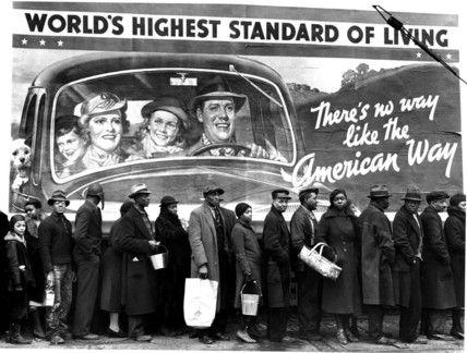 """Margaret Bourke-White  fila di persone di colore, vittime dell'inondazione di Louisville, in attesa della distribuzione di un pasto, sovrastati dalla pubblicità di un'automobile con a bordo la tipica famiglia americana bianca e la frase """"World's highest standard of living"""""""
