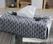 Un tuto plutôt simple pour réaliser une jolie housse pour cacher une boite de mouchoirs... Choisissez 2 tissus sympas et suivez les différentes étapes...