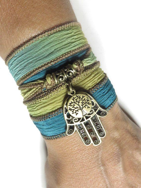Gewoon wikkel rond je pols, gelijkspel of plooi in de eindigt en u bent bereid te gaan!  Een mooie hand geverfd, hoge kwaliteit 100% Aziatische satijnen lint armband, mooie en zachte, versierd met charmes als: Hamsa en boom des levens  HAMSA die ook bekend staat als Fatima Hand of de Hand van God, gebruikt als een teken van bescherming in veel samenlevingen doorheen de geschiedenis hebben de Hamsa wordt verondersteld voor goed geluk en afweer tegen het boze oog.  Symbool van de boom des…