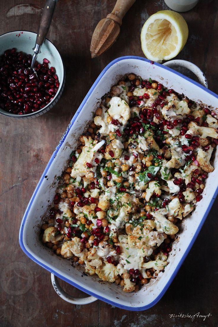 gerösteter Blumenkohl mit Kichererbsen, Tahine & Granatapfelkernen. vegan & zuckerfrei // nikesherztanzt