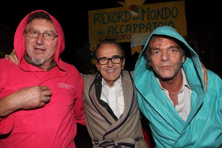 Cavriago battuto il record... degli accappatoi in piazza - Foto e video - Gazzetta di Reggio