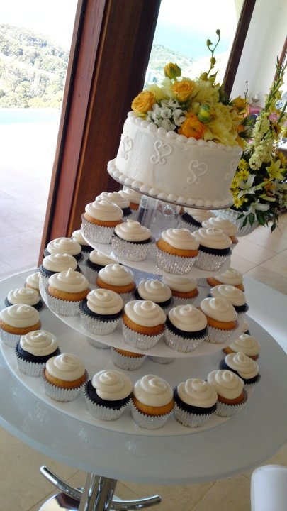 Beautiful cupcakes with fresh flowers