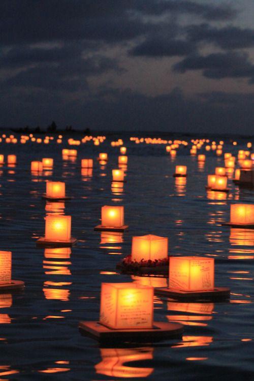 Drijvende kaarsen, dit soort dingen kunnen we ook in kommetjes water doen met kaarsen. Dat zou best gaaf kunnen zijn!