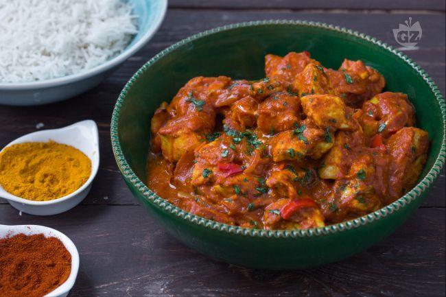 Il pollo tikka masala è preparato con bocconcini di pollo marinato con spezie e yogurt  immerso in una saporita salsa cremosa di colore arancione.