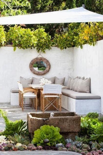 sofá no quintal