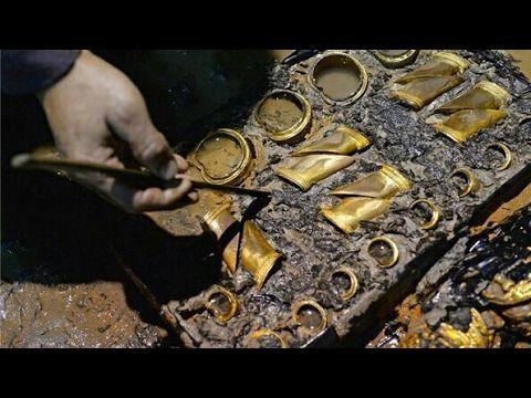 Balık adam denizin dibinde kayaların altında define altın ararken değerl...