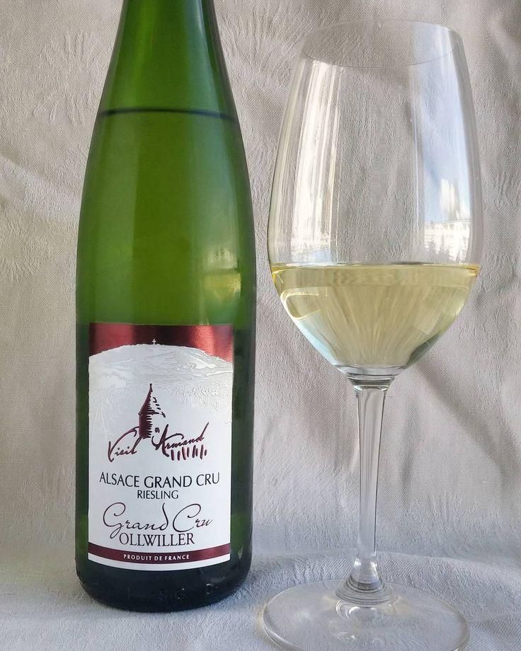 Riesling Ollwiller grand cru. #riesling #viini#wines#winelover#winegeek#instawine#winetime#wein#vin#winepic#wine#wineporn herkkusuu #lasissa #Herkkusuunlautasella