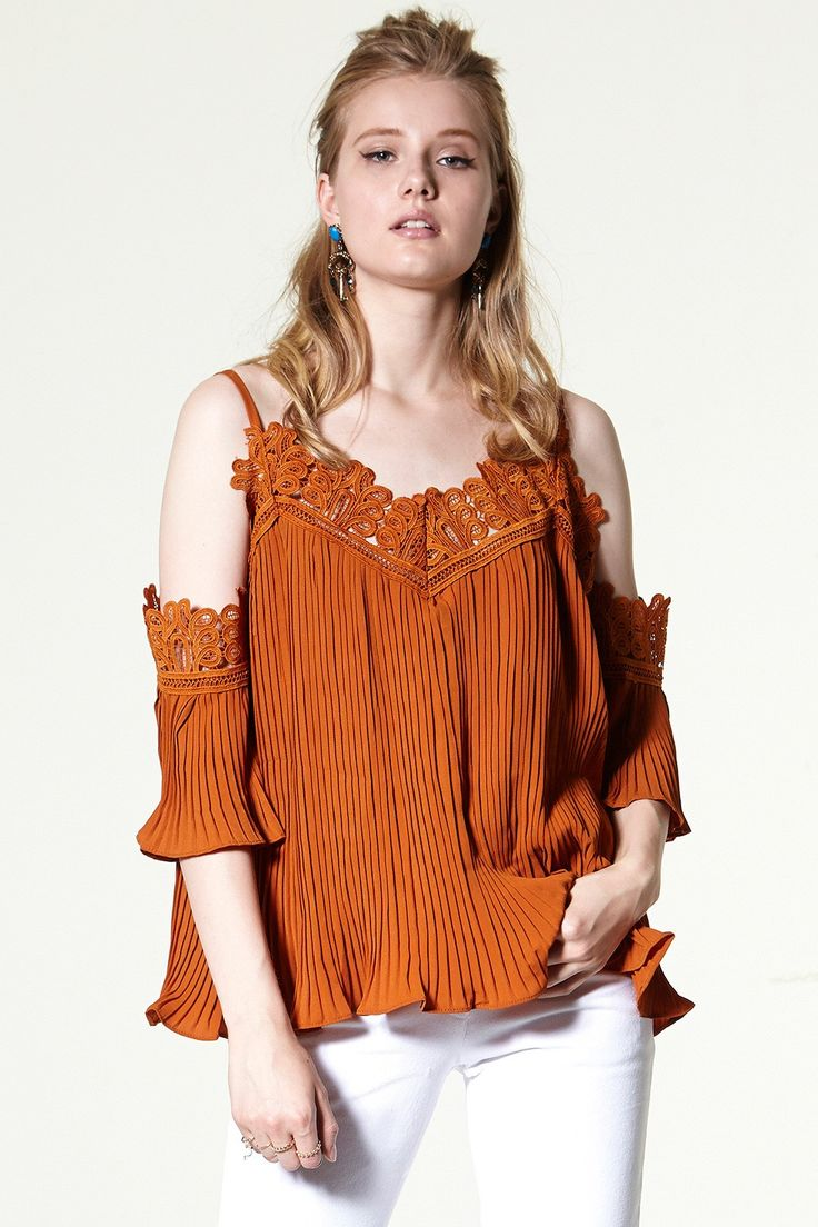 Danielle Pleats Coldshoulder Топ Узнайте последние модные тенденции в Интернете по адресу storets.com