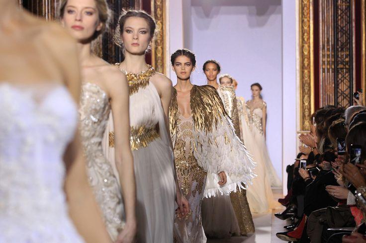 En enero de este año el diseñador libanés Zuhair Murad presentó su colección de alta costura en París inspirada en la antigua Grecia y sus diosas, en el que el blanco y el dorado fueron protagonistas.