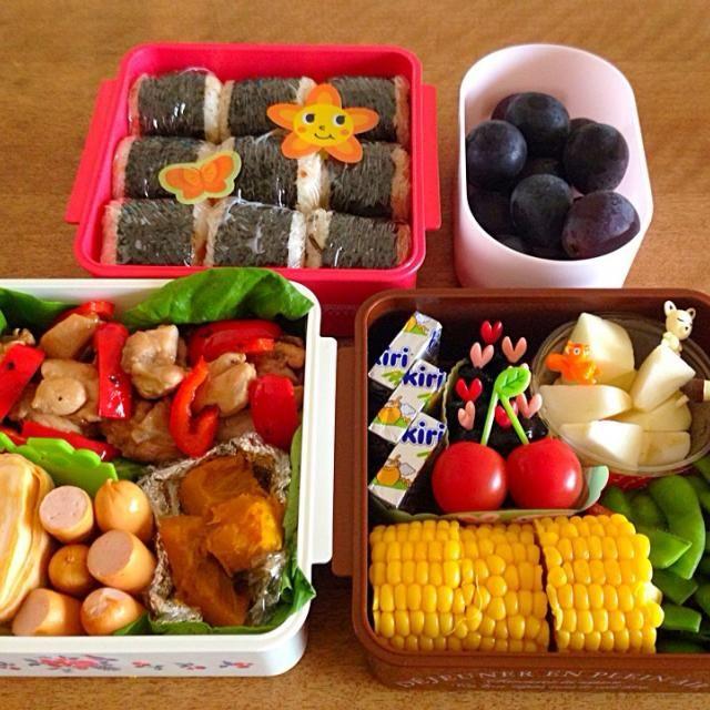 赤: おにぎり(梅、おかかチーズ、昆布) 白: 鶏照り焼きと赤パプリカ、卵焼き、ソーセージ、かぼちゃの煮物 茶: とうもろこし、枝豆、KIRIクリームチーズ、黒豆、りんご ピンク: 巨峰 - 35件のもぐもぐ - 運動会のお弁当 2014 by Sakiko