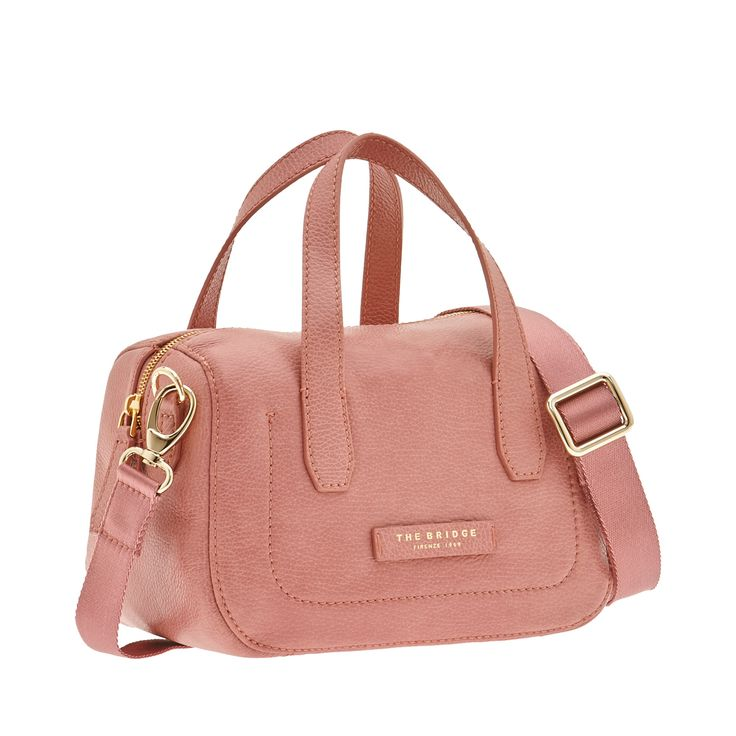 Minimal and classy, this bag is the perfect accessory for a sporty outfit. The perfect bag for travel and leisure. Extremely versatile, it can be worn as a cross-body bag or carried by its two handles.  Size 26X18X15 cm.