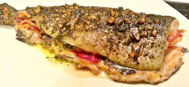 Truchas al horno, rellenas con jamón serrano, aromatizadas con vino blanco y hierbabuena y perejil. Si te gusta el pescado no te pierdas esta receta