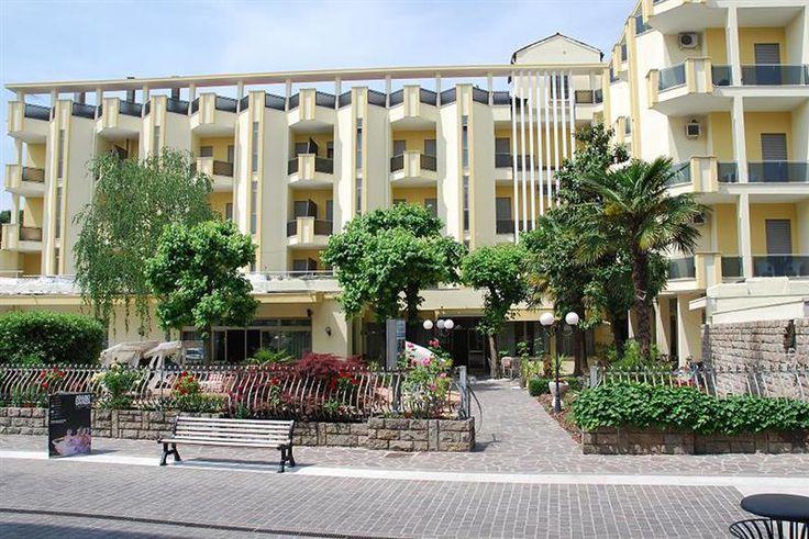 Lasciatevi coccolare presso l'Hotel La Serenissima. L'Hotel è situato all'inizio dell'elegante isola pedonale di Abano Terme, in posizione centrale e tranquilla.