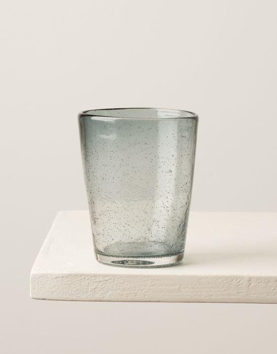 En av våra populära klassiker. Glasen är handgjorda vilket gör varje glas unikt. Kommer i flera snygga färger.  Ingår i vårt standardsortiment.