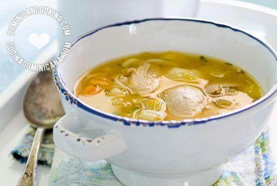 Receta Caldo de Gallina Vieja (o Pollo): la prescripción acostumbrada para las mujeres recién paridas, recuperarse de una enfermedad o de una mala resaca.