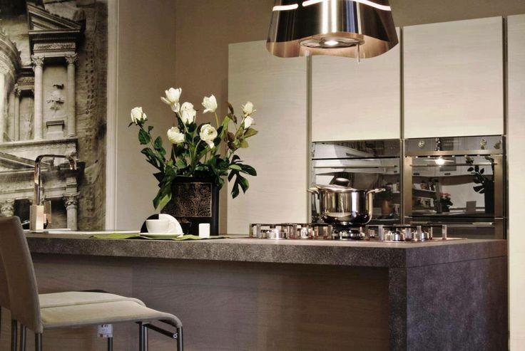 Cucina moderna con isola. Modern kitchen with island.