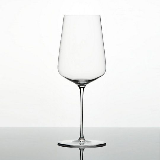 Do you know a wino or wine lover who's moving into their first apartment or home? Don't let them worry about which wine glasses to buy! According to sommeliers, this is the ONLY wine glass you need.