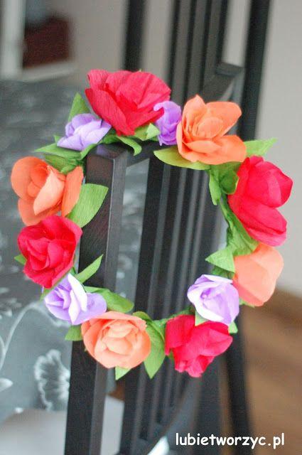 Piękny bibułkowy wianek z kategorii DIY - zrób to sam! Instrukcja na naszej stronie :)   #wianek #wianuszek #kwiaty #kwiat #bibuła #bibułamarszczona #zbibuły #zróbtosam #handmade #diy #tutorial #krokpokroku #wiosna #dekoracjewiosenne #wreath #garland #sposóbwykonania instrukcja #flower #flowers #tissuepaper #spring #springdecoration #lubietworzyc