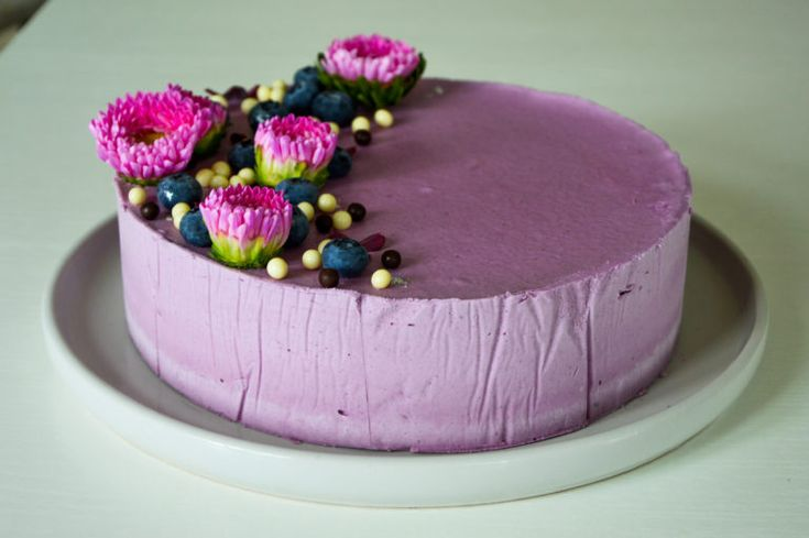Denne blåbær cheesecake er fløjlsblød og ultra skøn. Den kraftige browniebund står i skøn kontrast lette cheesecake. Et must try.