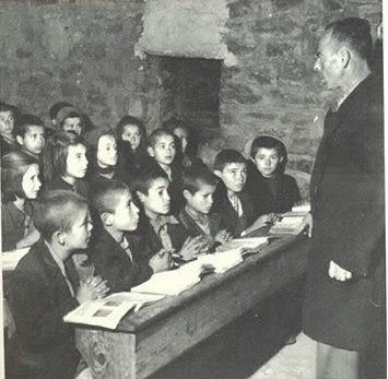 Δείτε το δάσκαλο! Δείτε τα σταυρωμένα χεράκια των παιδιών. Στο θρανίο 6-6!