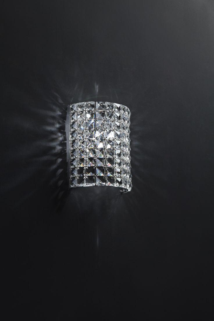 Kinkiet Zuma Line Souffle to połączenie lustra wykonanego ze stali nierdzewnej i klosza z kryształków. Połączenie to jest jednocześnie eleganckie i nowoczesne, a przy tym stanowi ciekawą dekorację każdego wnętrza. Światło efektownie załamuje się na licznych kryształkach i zapewnia interesujące oświetlenie.