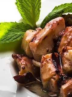 POULPES GRILLÉS À LA PLANCHA. Découvrez comment réaliser les poulpes grillés à la plancha ! Une recette grecque incontournable de cette cuisine qui est très parfaite en entrée ou à l'apéritif. http://www.verycook.com/blog/entree-plancha/recette-poulpe-grille-a-la-plancha