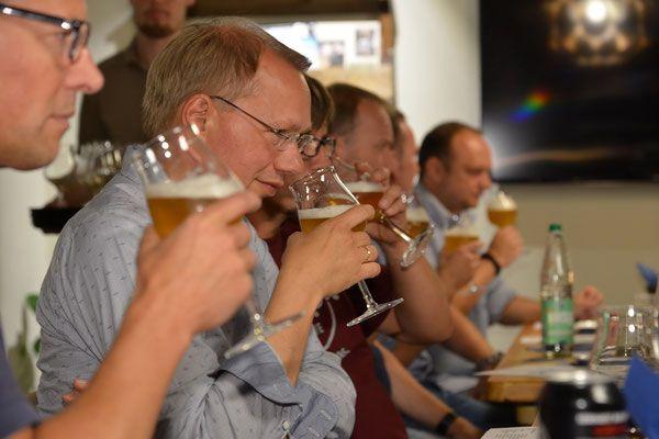 Wir bieten Verkostungen in kleinen Gruppen bis max. 12 Personen an. Lernen Sie dabei die Vielfalt der Biere kennen, erfahren Wissenswertes über die Braukunst und erleben die unterschiedlichen Charaktere und Geschmacksrichtungen der Stile und Sorten. Nach einem Begrüßungsbier werden sechs Biere verschiedener Stile vorgestellt und verkostet. Dazu werden jeweils passende Snacks gereicht. Bei einer Flasche Ihres persönlichen Favoriten klingt das Tasting aus. Termine: Für dieses Jahr stehen keine…