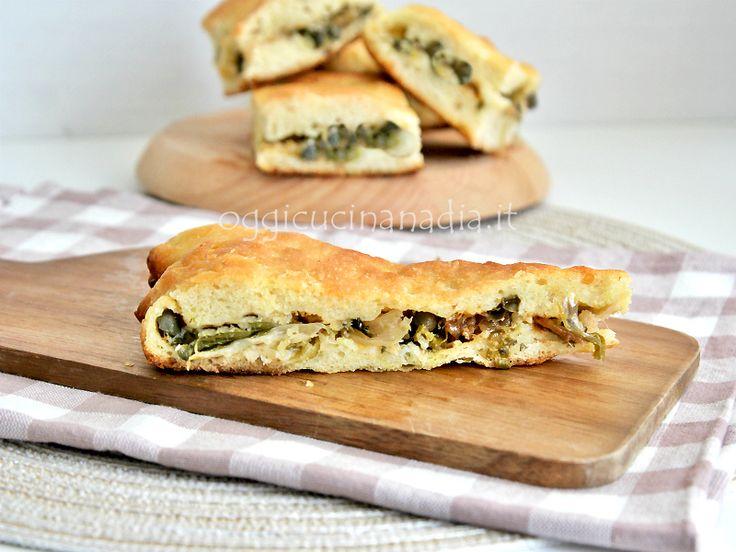 Il calzone di cipolle, è una ricetta rustica tipica pugliese preparata con pasta lievitata e un ripieno di cipolle porraie chiamate sponsali.
