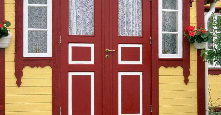 Cómo colocar cortinas a una puerta principal que tiene paneles de vidrio. Los paneles de vidrio glaseados en las puertas de entrada son un riesgo de seguridad. No sólo un ladrón potencial puede ver dentro de tu casa, sino que también puede ubicar la cerradura, romper el vidrio, meter su mano y abrir la puerta. Los sostenes para barras de cortinas se pueden instalar en puertas de metal o madera hueca o sólida con los ...