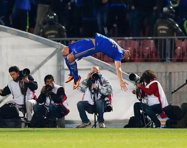 Isaac Diaz, da Universidade do Chile, festejo desta maneira acrobática o golo obtido frente ao Independiente J. T., do Equador, num jogo a contar para a Taça Sul Americana.  (© © REUTERS / Ivan Alvarado)