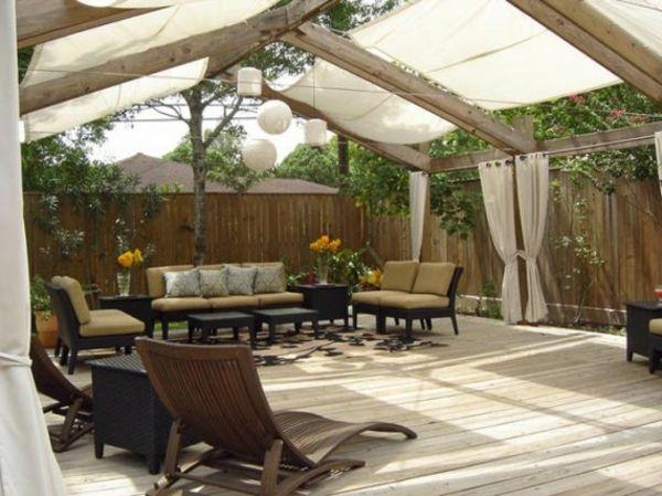 decoration terrasse exterieure avec tonnelle en blanc et rideaux