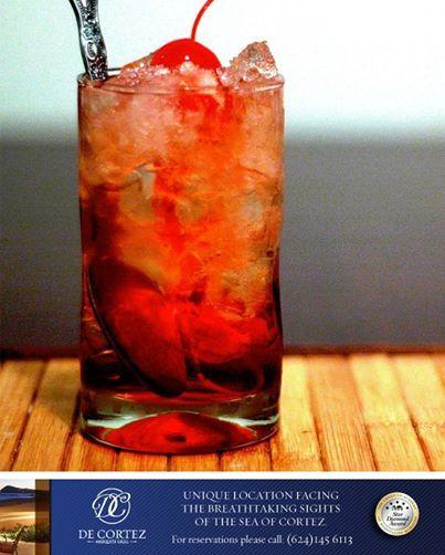 El clima es perfecto para un trago tan fresco y maravilloso como el Shirley Temple, aquí la receta:  Ingredientes:  1 Dash granadina Se rellena con sprite  Modo de preparación:  En un vaso Collins se sirven los hielos, luego el sprite y al final el dash de granadina. Decoración 2 cerezas rojas