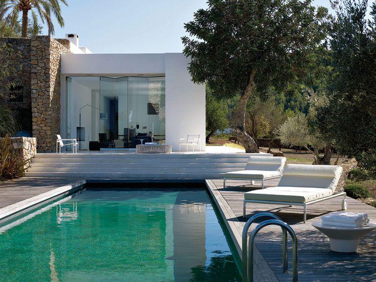 Las piezas de autor inundan esta vivienda ibicenca.   Desde Marcel Wanders a Patricia Urquiola, pasando por Antonio Citterio y Jean-Marie Massaud, los grandes nombres del diseño contemporáneo se dan cita en una espléndida casa de arquitectura serena abierta al exterior en Ibiza.