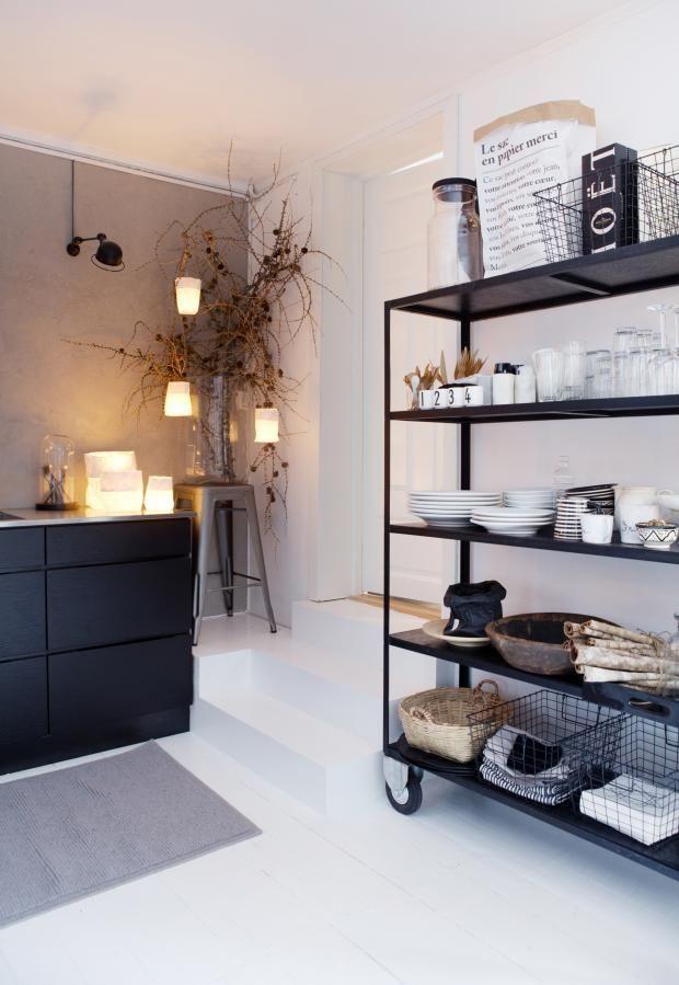 Schwarze Küche mit schwarzem Industriefach, offene Küche im Industriedesign, Küchenideen,