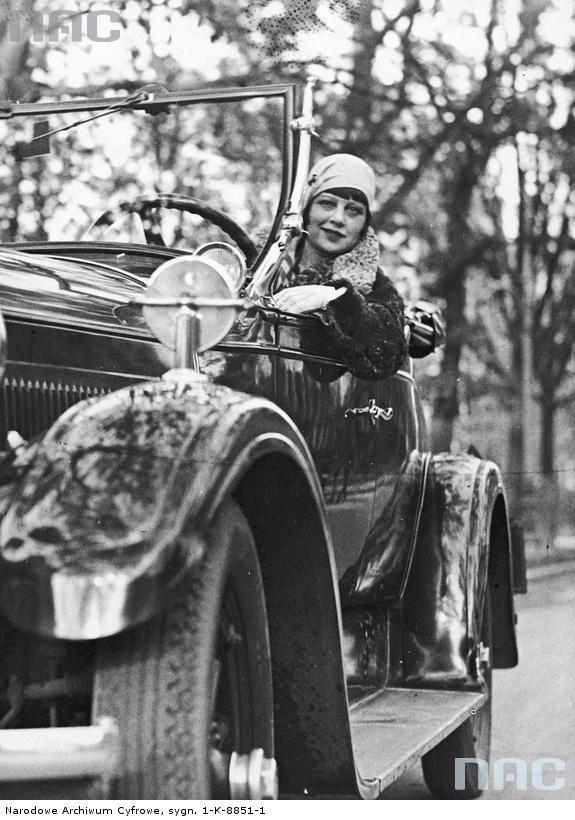 Zula Pogorzelska, śpiewaczka, aktorka. Fotografia sytuacyjna (w swoim samochodzie). 1929