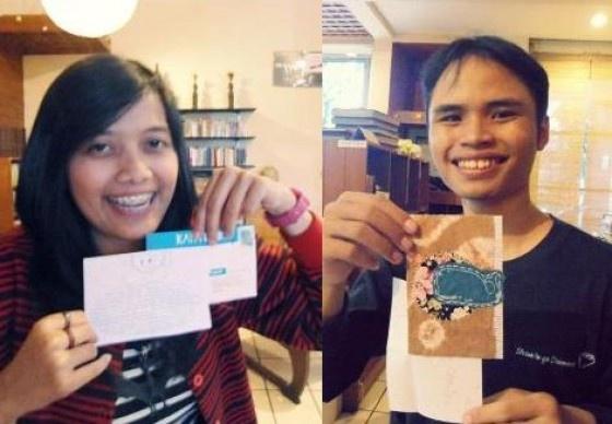 Terakhir, kartu pos dari Fanni yang hangat dan berujung pada pertemuan kami: dua penggila kartu pos! Percaya deh, si Fanni ini sehangat kartu-kartu yang dia kirim. ; )