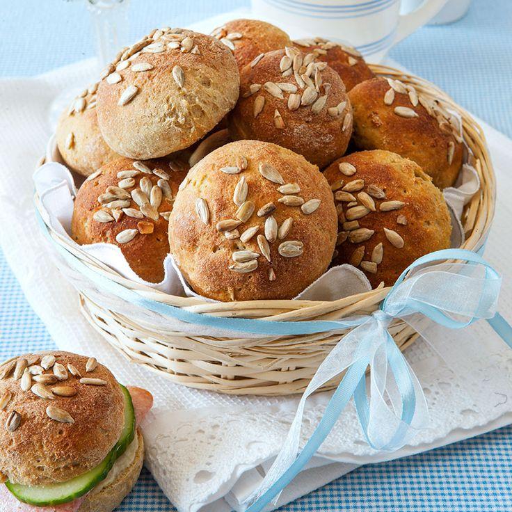Mjuka glutenfria frallor fyllda med saftiga morötter. Solrosfröna på toppen ger brödet en god, nötig smak.