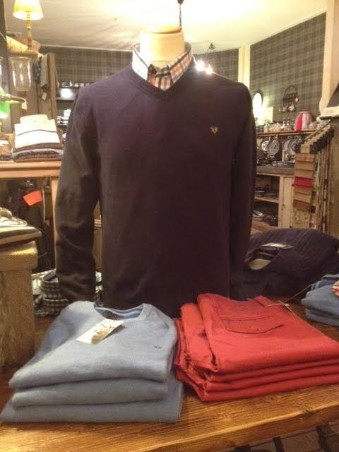 Wij hebben prachtige herenkleding van het merk Vedoneire, hoeden van Hatland, maar ook volop korte broeken in verschillende kleuren.