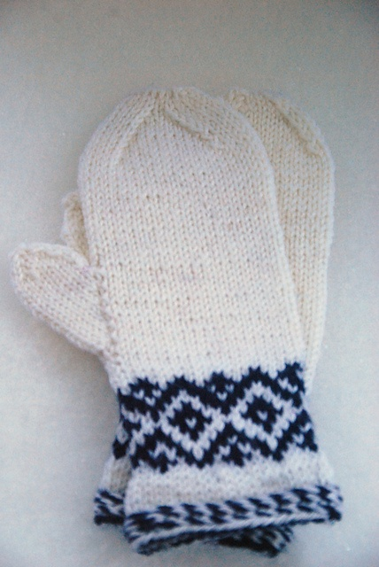 mittens with vrist decorations