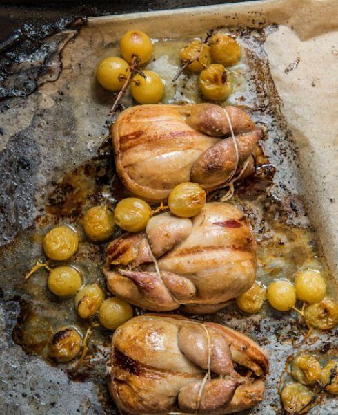 La quaglia è una delle mie ricette di famiglia. È abbinata all'uva bianca, che arriva quando si apre la stagione della caccia ed è abbondante sulle tavole toscane. Amo servire questo piatto con un buon bicchiere di Malvasia.