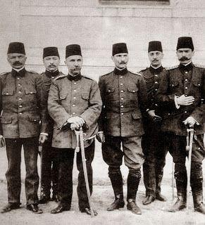 Hareket Ordusu Kurmay Başkanı Kolağası (Kıdemli Yüzbaşı) Mustafa Kemal, arkadaşları ile İstanbul'da (Nisan 1909)