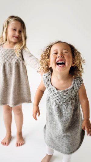 Strikkeopskrift: Fin strikket pigekjole med korte eller lange ærmer