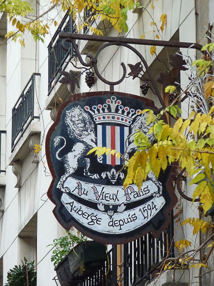 La crèche de l'auberge Au Vieux Paris d'Arcole (Paris 4e)  http://www.pariscotejardin.fr/2013/01/la-creche-de-l-auberge-au-vieux-paris-d-arcole-paris-4e/