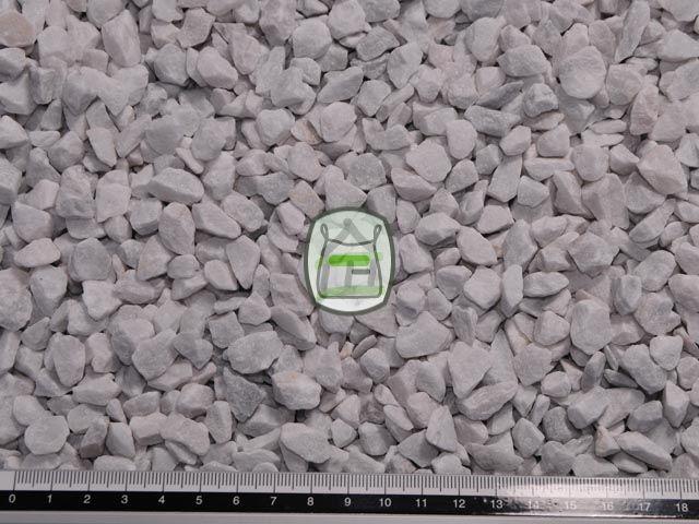 Carrara split is een witte marmersplit afkomstig uit Italië. Deze siersplit van marmer wordt gewonnen in groeves en daaraan dankt het zijn hoekige vormen. Hierdoor zal siersplit ook minder verrollen dan grind in uw grind oprit of grindpad. Carrara split heeft een bijzonder luxe uitstraling en is door de hardheid voor vele toepassingen geschikt.